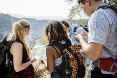一起冒险的背包徒步旅行者 库存图片