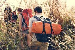 一起冒险的背包徒步旅行者 库存照片