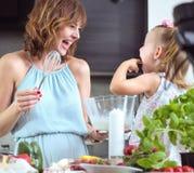 一起准备一顿鲜美早餐的母亲和女儿 免版税库存图片