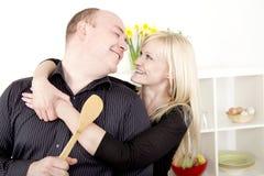 准备膳食的浪漫夫妇 免版税库存图片