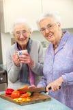 一起准备膳食的高级妇女 免版税库存图片