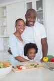 一起准备菜的一个愉快的家庭的画象 免版税库存图片