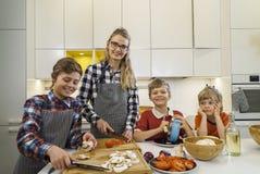一起准备食物的愉快的家庭 免版税图库摄影