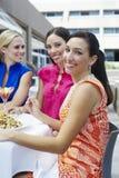 一起出去吃饭女性的朋友 库存图片