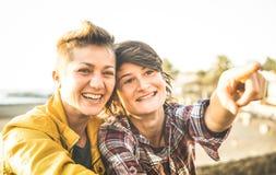 一起分享时间的爱的愉快的女朋友在旅行旅行 库存图片