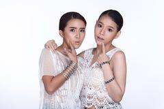 一起分享秘密的两个美丽的可爱的姐妹由whispe 库存图片