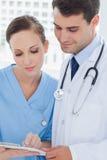 一起分析结果的医生和外科医生 免版税库存照片
