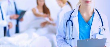 一起分析X-射线的外科医生和医生在医疗办公室 外科医生和医生 免版税库存图片