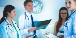 一起分析X-射线的外科医生和医生在医疗办公室 免版税库存图片