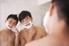一起剃的父亲和的儿子 图库摄影