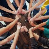 一起加入小组不同的手 概念配合和友谊 库存照片