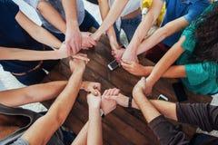 一起加入小组不同的手 概念配合和友谊 免版税库存图片
