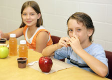 一起午餐学校 免版税库存照片
