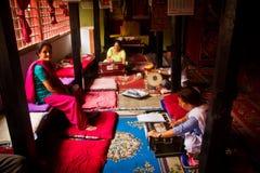 一起印度乐团戏剧在加德满都棉结的一个寺庙 免版税库存照片