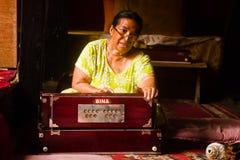 一起印度乐团戏剧在加德满都棉结的一个寺庙 库存照片