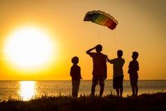 一起发射彩虹风筝的孩子 免版税图库摄影