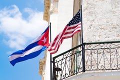 一起古巴和美国国旗在一个阳台在哈瓦那 免版税库存照片