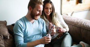 一起吃冰淇凌和看电视的浪漫夫妇 免版税库存图片