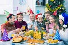 一起吃在欢乐圣诞晚餐期间的大家庭 图库摄影