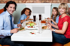 一起吃在餐馆的家庭 图库摄影