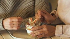 一起吃点心的妇女,在垃圾食品,超重的风险的剩余卡路里 股票录像
