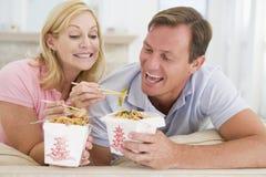 一起吃膳食进餐时间饭菜外卖点的夫妇 库存照片