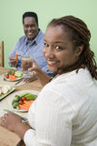 一起吃食物的一对肥胖夫妇 免版税库存图片