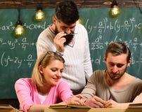 一起合作在项目的小组学生在教室 免版税库存图片