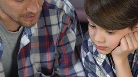 一起听父亲读书故事书的男生,获得乐趣,家庭 股票视频