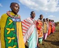 一起唱在传统礼服的Maasai妇女礼节歌曲 免版税库存图片