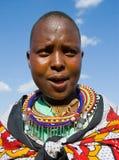 一起唱在传统礼服的Maasai妇女礼节歌曲 图库摄影
