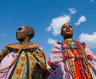 一起唱在传统礼服的Maasai妇女礼节歌曲 库存图片