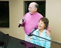 一起唱歌夫妇的前辈 免版税库存图片