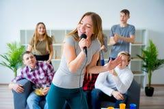 一起唱歌曲的朋友 免版税库存图片