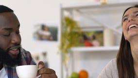 一起喝咖啡和聊天的美好的mixed-race夫妇消费时间 影视素材