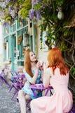 一起喝咖啡的两名巴黎人妇女在咖啡馆 库存图片