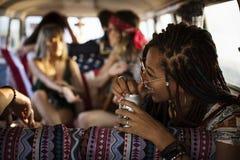 一起喝酒精啤酒的朋友在旅行旅途上 免版税库存照片