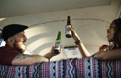 一起喝酒精啤酒的朋友 库存图片