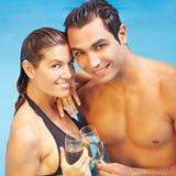 一起喝香槟的夫妇 免版税库存照片