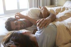 一起在床上的浪漫夫妇 免版税库存图片