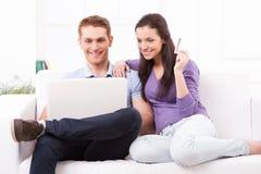 一起在网上购物 免版税库存照片