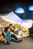 一起坐在一揽子堡垒和使用与玩具火箭的父亲和儿子 免版税库存图片
