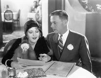 一起坐在饭桌上的夫妇(所有人被描述不更长生存,并且庄园不存在 供应商保单 库存照片