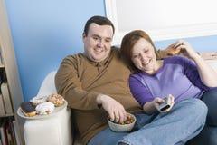 一起坐肥胖的夫妇 免版税库存图片