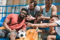 一起基于体育场的足球队员在比赛前 免版税库存照片