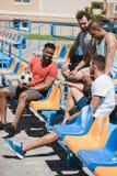 一起基于体育场的足球队员在比赛前 库存图片
