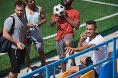 一起基于体育场的足球队员在比赛前 库存照片
