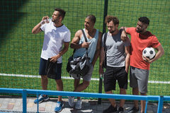 一起基于体育场的足球队员在比赛前 免版税库存图片