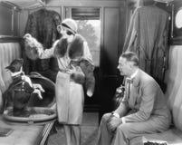 一起夫妇在火车和喂养狗(所有人被描述不更长生存,并且庄园不存在 供应商warrantie 免版税库存照片
