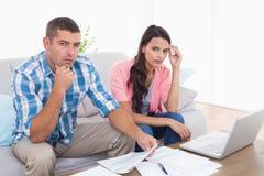 一起夫妇计算的家财务在房子里 免版税库存照片